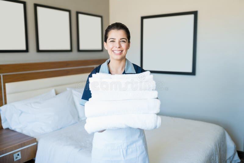Glimlachende Huishoudenvrouw met Schone Handdoeken in Hotel royalty-vrije stock foto