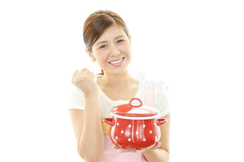 Glimlachende huisvrouw stock foto