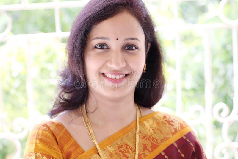 Glimlachende Indische vrouw royalty-vrije stock afbeelding