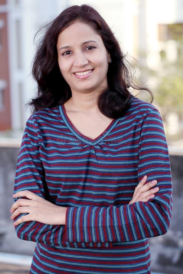 Glimlachende Indische vrouw stock fotografie