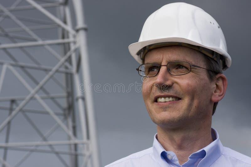 Glimlachende ingenieur met bouwvakker stock afbeelding