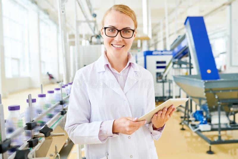 Glimlachende Inspecteur bij de Fabriek van de Sojamelk stock afbeeldingen