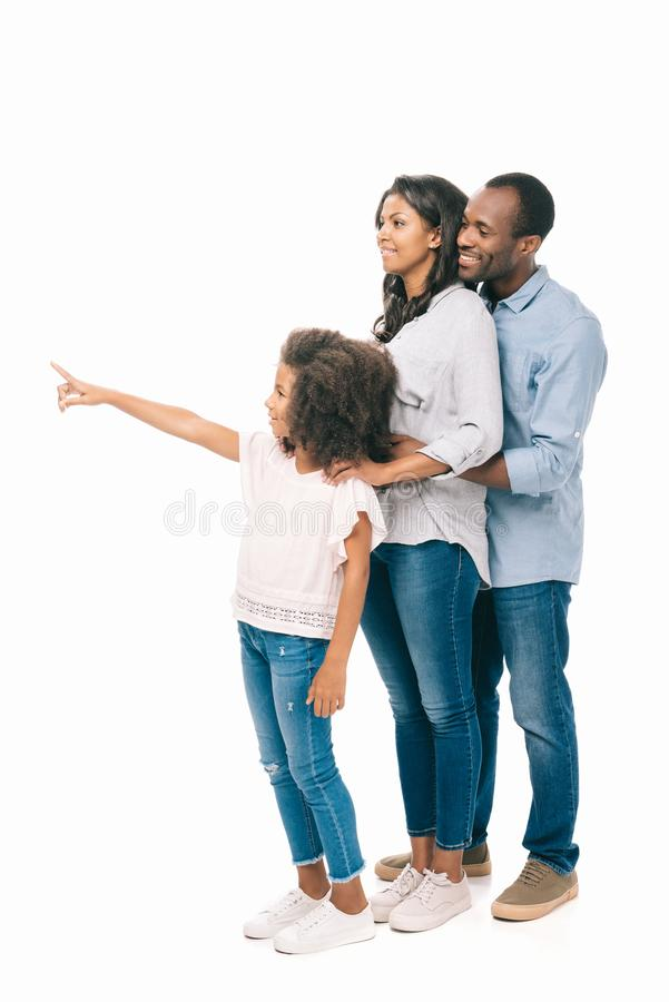 glimlachende jonge Afrikaanse Amerikaanse familie die weg met vinger richten royalty-vrije illustratie