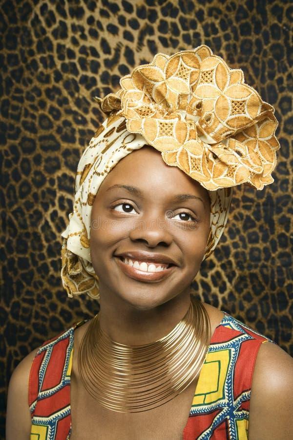 Glimlachende Jonge Afrikaanse Amerikaanse Vrouw in Traditiona stock afbeelding