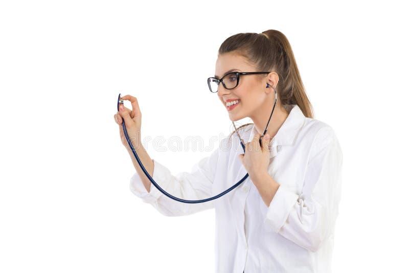 Glimlachende Jonge Arts Using Stethoscope stock afbeelding