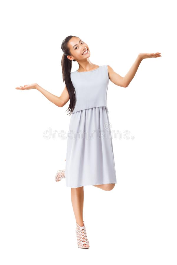 Glimlachende jonge Aziatische vrouw in kleding en hoge hielen stock fotografie