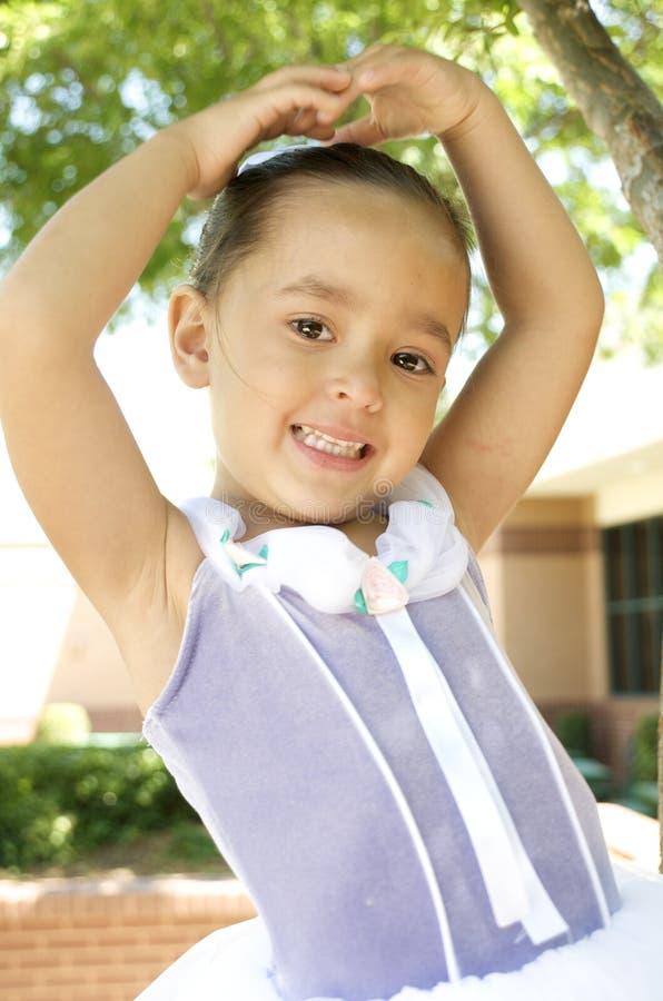 Glimlachende jonge balletdanser stock foto