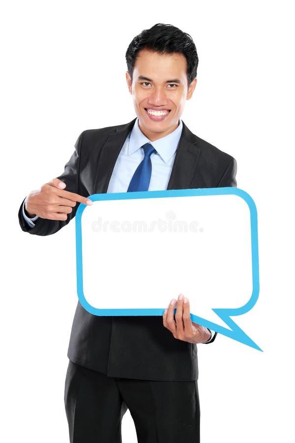 Glimlachende jonge bedrijfsmens met ballontekst stock foto's