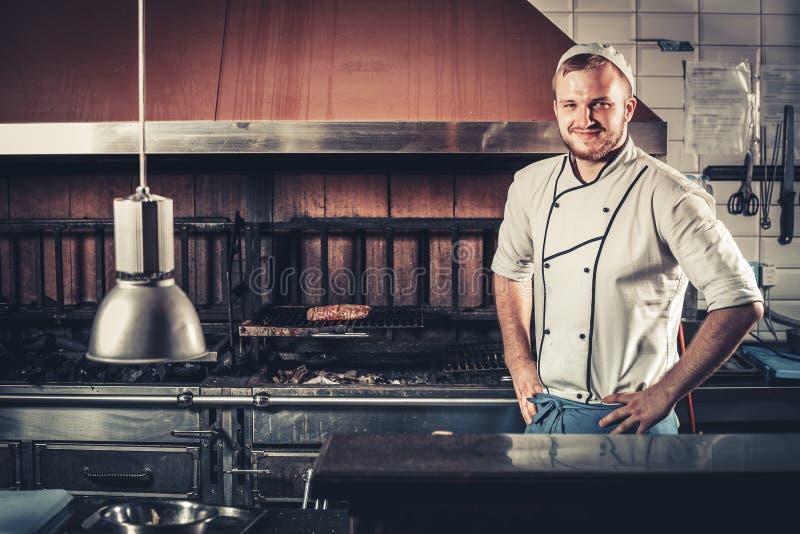 Glimlachende jonge chef-kok stock afbeeldingen