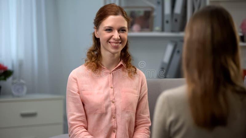 Glimlachende jonge dame die vriend, positief wijfje, communicatie geluk bekijken stock foto's