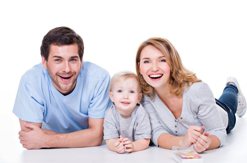 Glimlachende jonge familie met weinig kind royalty-vrije stock afbeelding