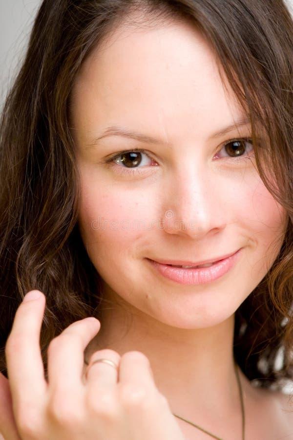 Glimlachende jonge gehuwde vrouw, stock foto's