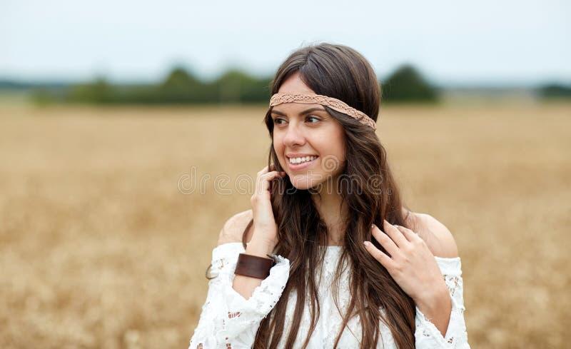 Glimlachende jonge hippievrouw op graangewassengebied royalty-vrije stock foto