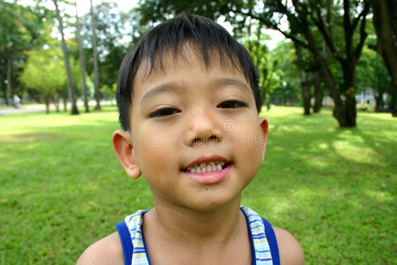Glimlachende jonge jongen stock foto