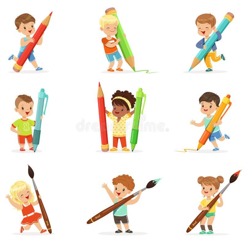 Glimlachende jonge jongens en meisjes die grote die potloden, pennen en penselen houden, voor etiketontwerp worden geplaatst Het  royalty-vrije illustratie