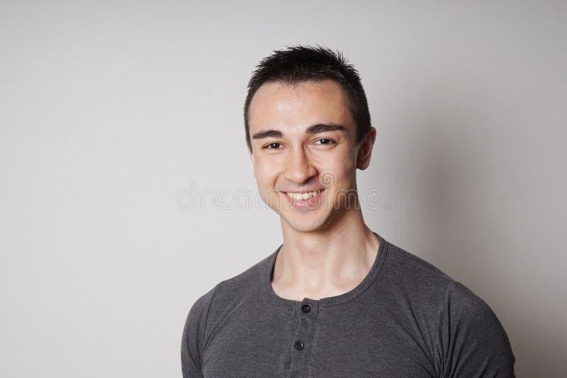 Glimlachende jonge mens royalty-vrije stock afbeelding