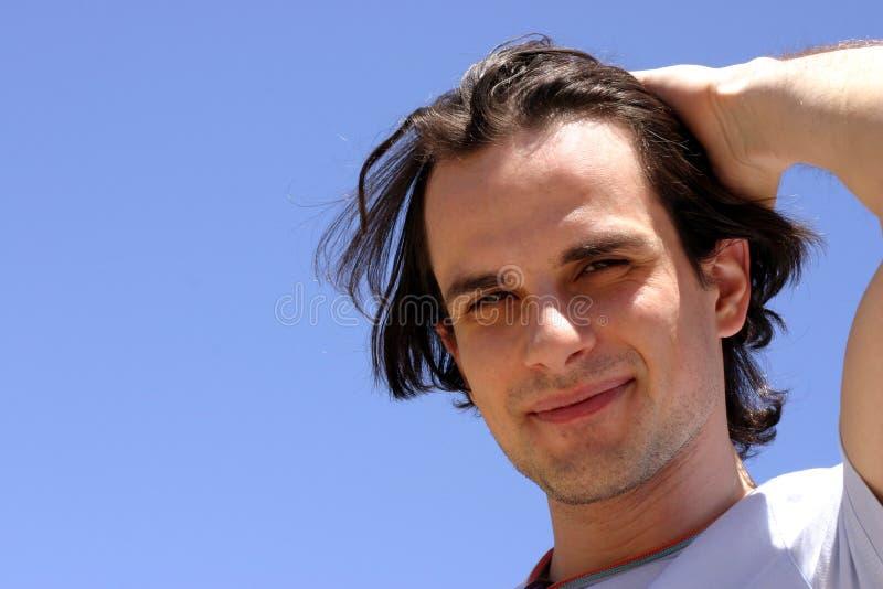 Glimlachende jonge mens royalty-vrije stock afbeeldingen