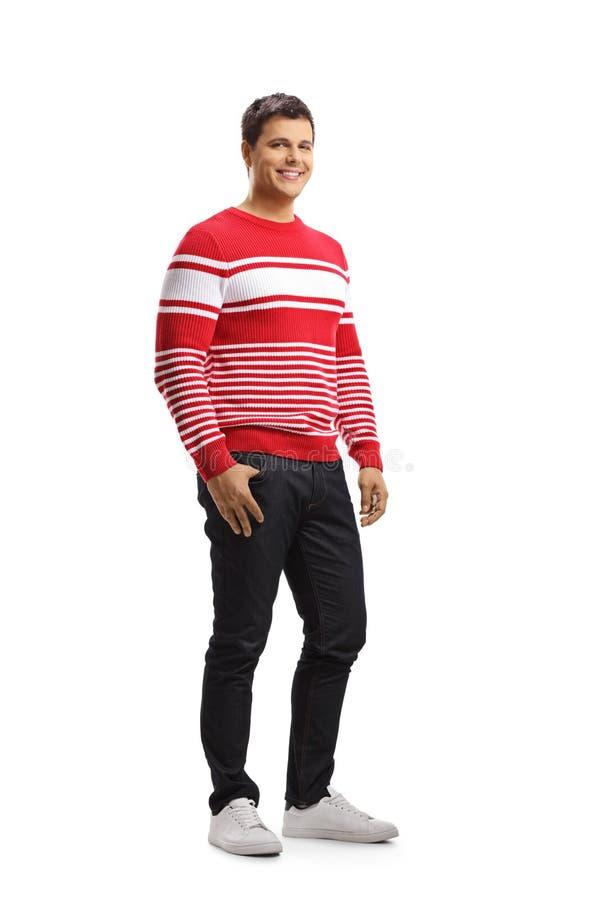 Glimlachende jonge mens in een rode sweater royalty-vrije stock fotografie