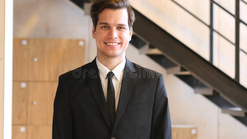 Glimlachende Jonge Mens in Kostuum stock afbeeldingen