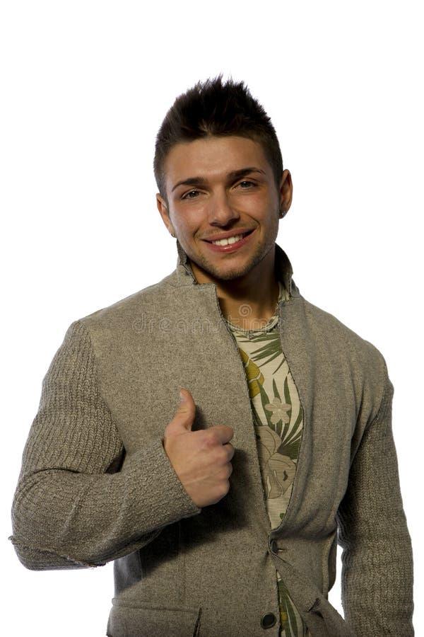 Glimlachende jonge mens met wolsweater op witte achtergrond royalty-vrije stock afbeelding