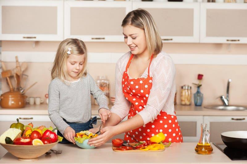 Glimlachende jonge moeder en haar weinig dochter royalty-vrije stock fotografie