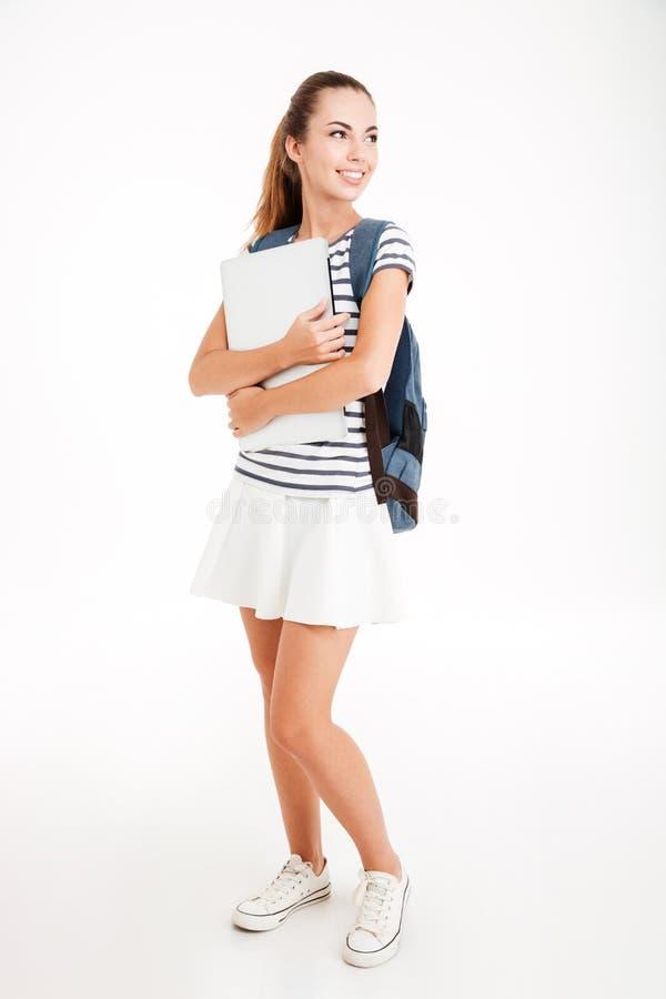 Glimlachende jonge onderneemster die potlood richten op leeg klembord royalty-vrije stock foto's