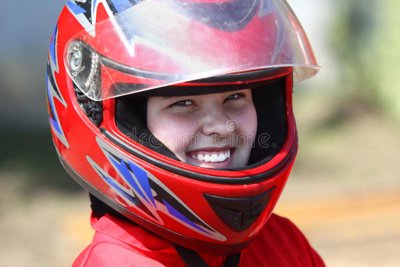 Glimlachende jonge raceauto royalty-vrije stock fotografie