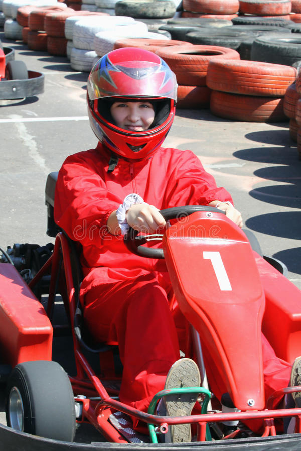 Glimlachende jonge raceauto stock fotografie