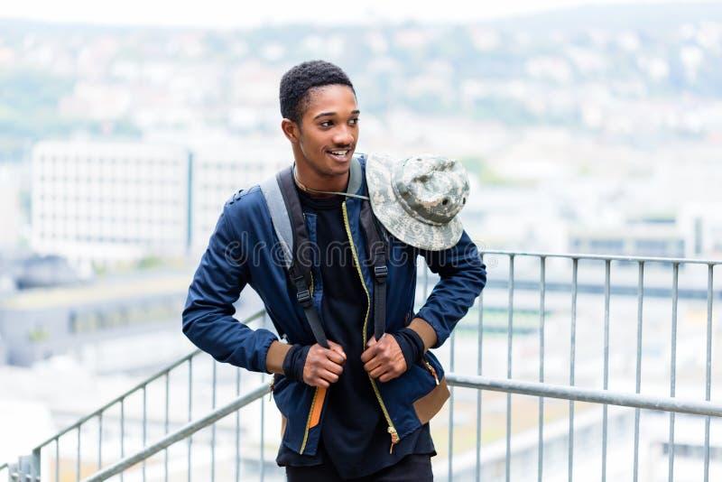 Glimlachende jonge reiziger met hoed en rugzak royalty-vrije stock afbeelding
