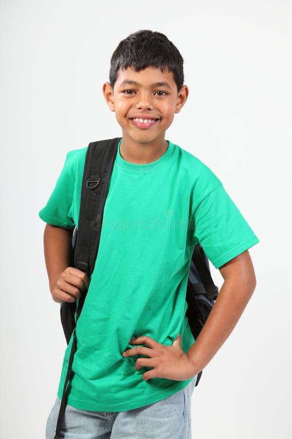 Glimlachende jonge schooljongen 10 met rugzak stock afbeeldingen