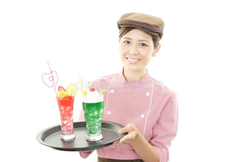 Glimlachende jonge serveerster royalty-vrije stock fotografie