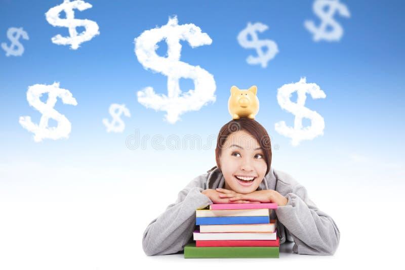 Glimlachende jonge student die geld met boeken denken te verdienen royalty-vrije stock foto
