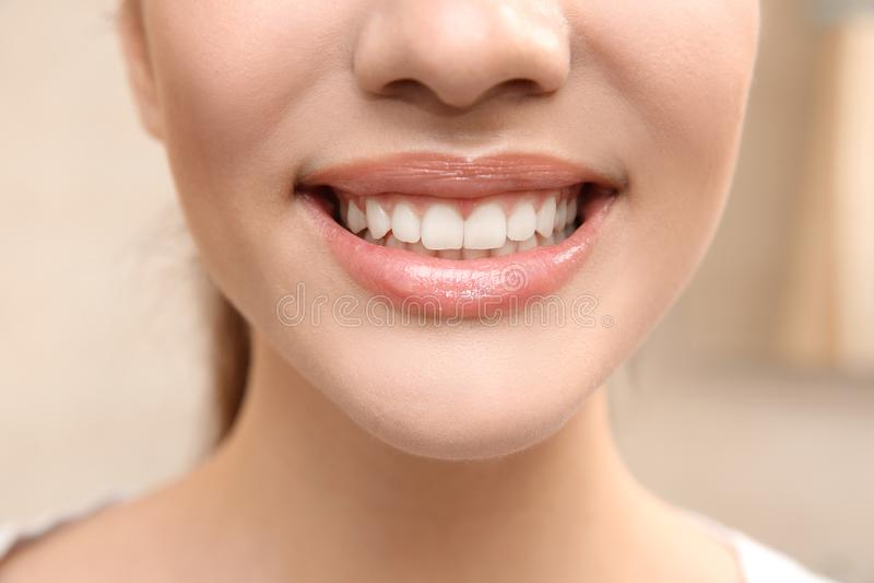 Glimlachende jonge vrouw, close-up royalty-vrije stock foto