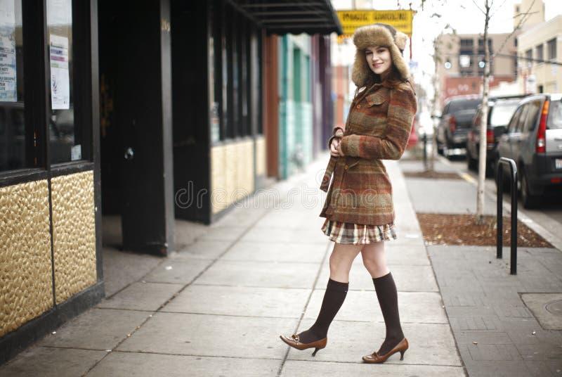Glimlachende jonge vrouw in de stad royalty-vrije stock afbeelding
