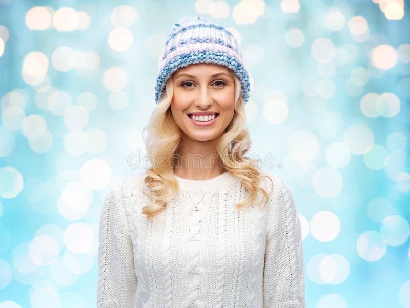 Glimlachende jonge vrouw in de winterhoed en sweater royalty-vrije stock afbeeldingen