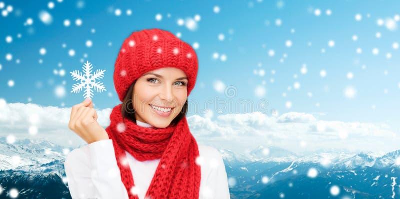 Glimlachende jonge vrouw in de winterkleren stock foto's