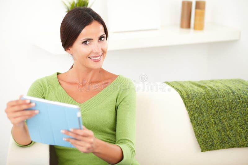 Download Glimlachende Jonge Vrouw Die Een Tablet Houden Stock Afbeelding - Afbeelding bestaande uit horizontaal, glimlach: 54078971