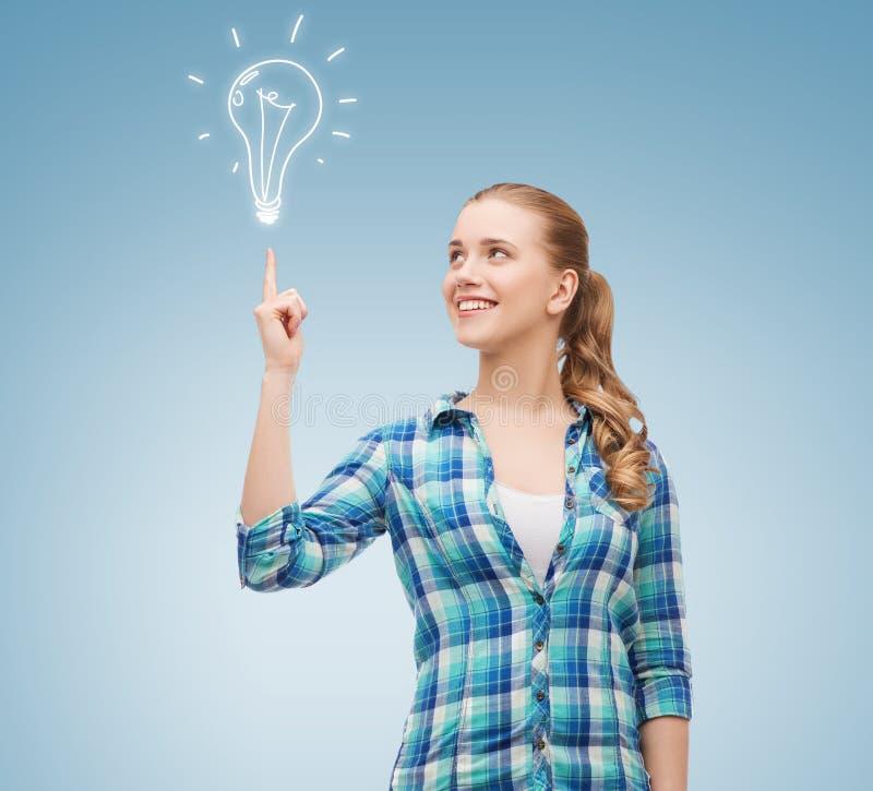 Glimlachende jonge vrouw die vinger benadrukken stock fotografie