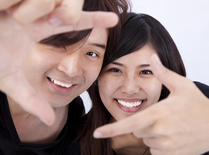 Glimlachende jonge vrouw en man stock foto