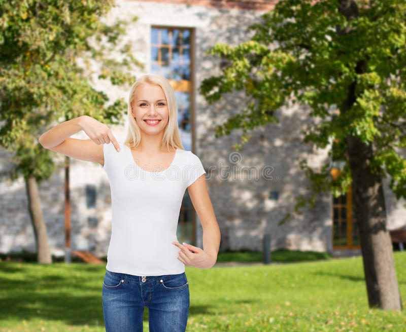 Glimlachende jonge vrouw in lege witte t-shirt royalty-vrije stock foto's