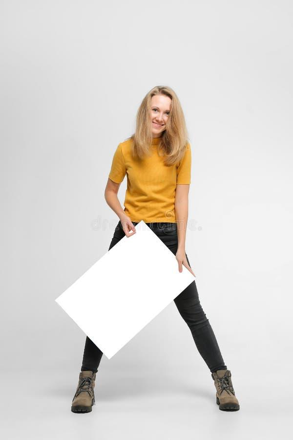 Glimlachende jonge vrouw met affiche royalty-vrije stock foto