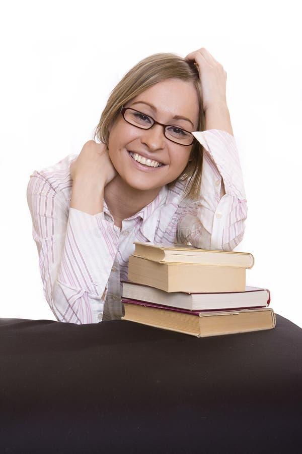 Glimlachende jonge vrouw met boeken royalty-vrije stock fotografie