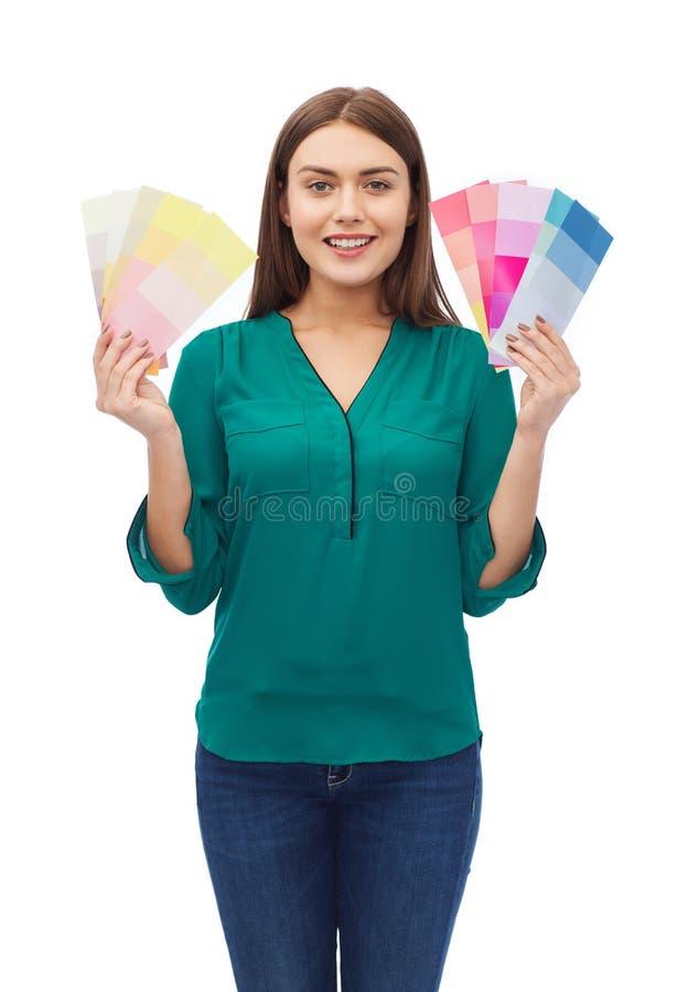 Glimlachende jonge vrouw met kleurenmonsters royalty-vrije stock fotografie