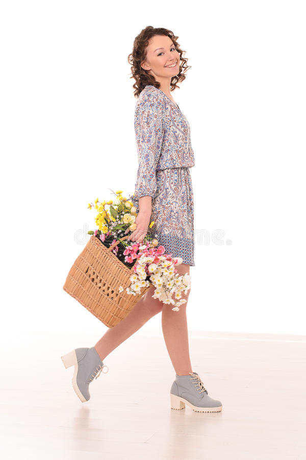 glimlachende jonge vrouw met zak van bloemen stock afbeeldingen