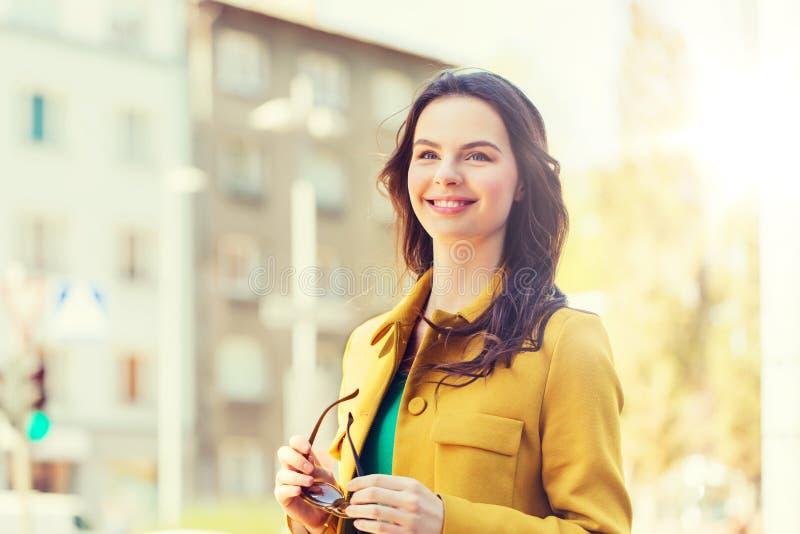 Glimlachende jonge vrouw in stad royalty-vrije stock fotografie