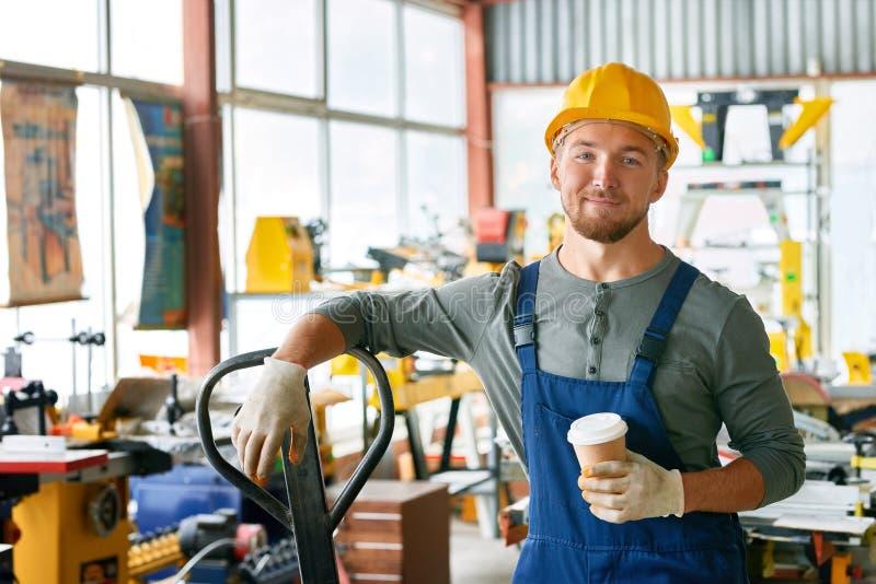 Glimlachende Jonge Werkman op Onderbreking stock afbeeldingen