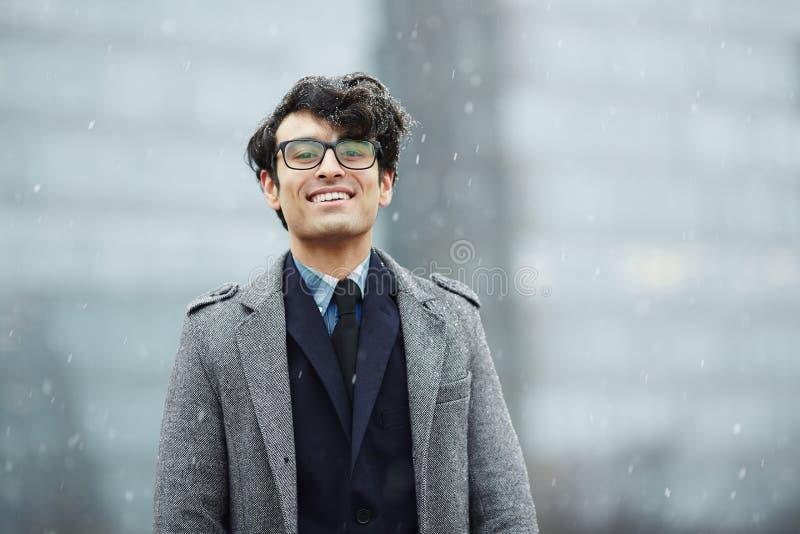 Glimlachende Jonge Zakenman in Sneeuw royalty-vrije stock foto