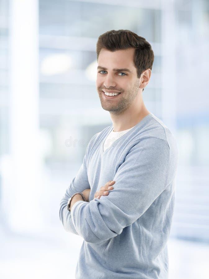 Glimlachende jonge zakenman in toevallig royalty-vrije stock foto's