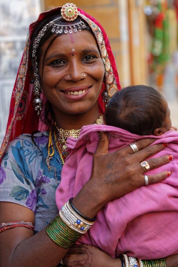 Glimlachende jonge zigeunervrouw en haar baby stock foto's