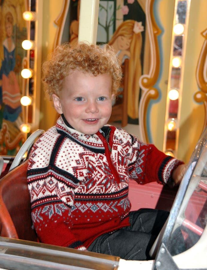Glimlachende jongen in carrousel royalty-vrije stock afbeeldingen